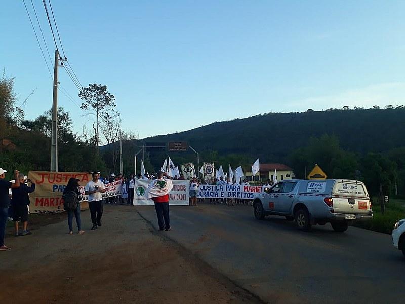 Manifestantes bloqueiam desde as 5h30 a rodovia MG 129, por onde passam funcionários da mineradora Samarco