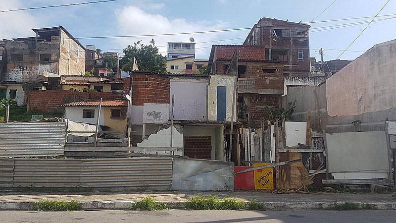 Restos das casas no terreno onde ocorreu desabamento. Famílias esperam que elas sejam reconstruídas no mesmo local.