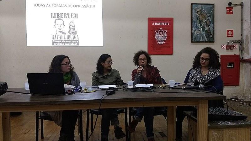 A mesa debatedora expõe dados de migrantes encarcerados no Brasil e no mundo