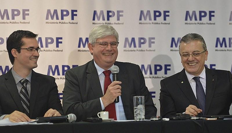 Deltan Dallagnol, o procurador Rodrigo Janot e Aldemir Bendine, da Petrobras em cerimônia de devolução de valores à estatal