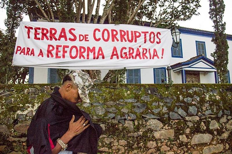 Cerca de 200 camponeses ocuparam a fazenda do ex-presidente da CBF Ricardo Teixeira em Piraí, no Rio de Janeiro