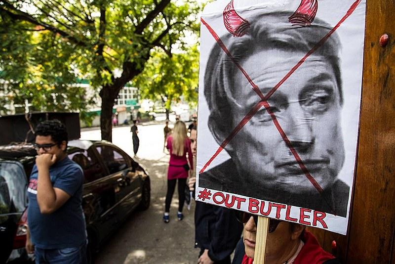 Cartaz repudia a palestra de Judith Butler no Brasil no início deste mês
