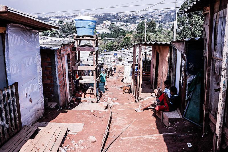 No bairro Santa Fé, barracos de madeiras e casas de alvenaria ocupam o que antes eram as lonas pretas