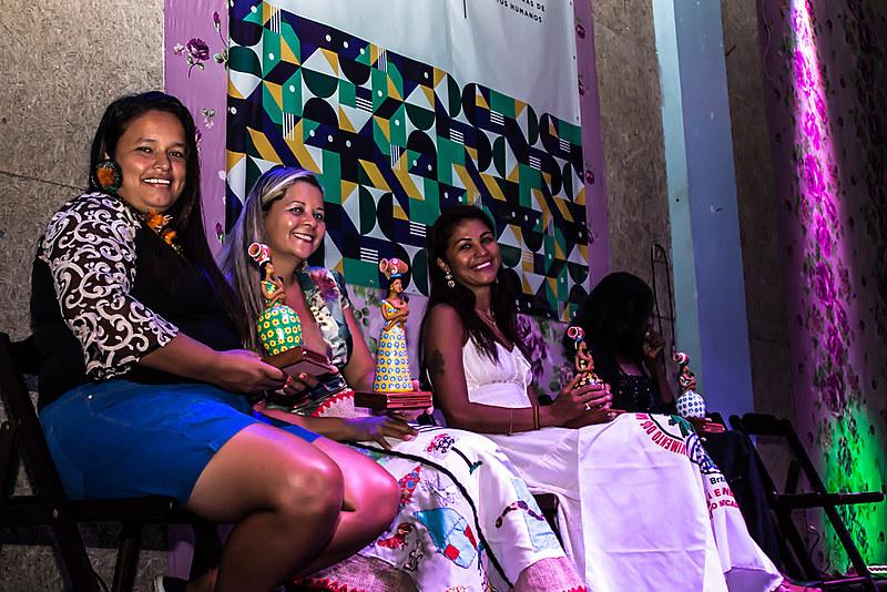 Da esquerda para direita está a representante de Djanira Krenak, seguida por Ludma e Índia, após receberem a homenagem