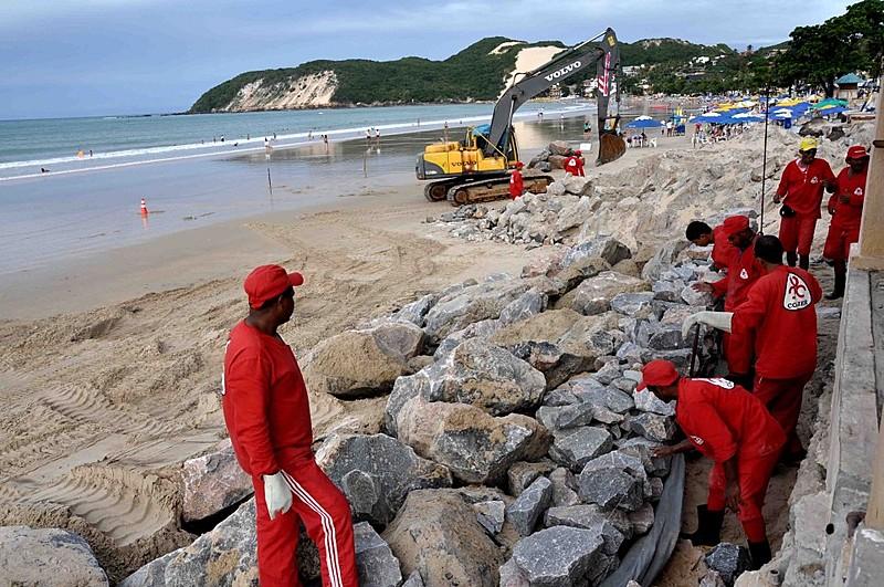 Em 2012, calçadão da Praia de Ponta Negra ficou completamente destruído por efeito da maré; situação pode piorar com verticalização da orla