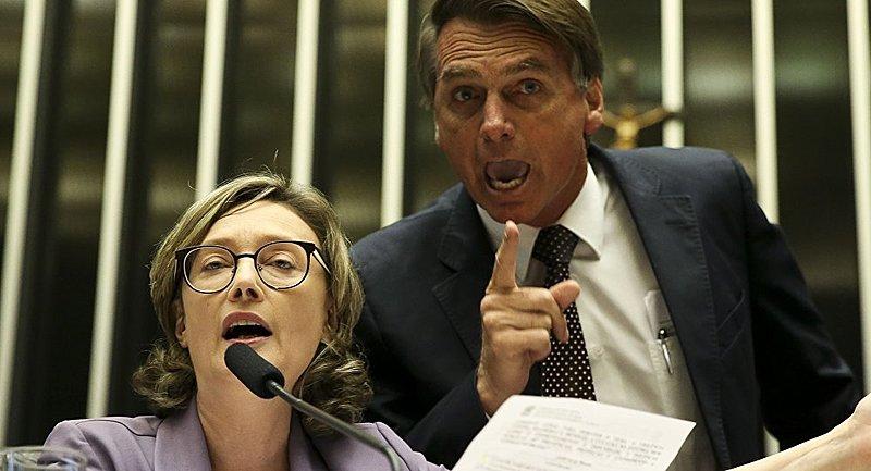 O presidente Jair Bolsonaro, durante uma de suas inúmeras mostras de respeito às mulheres, grita, intimida e interrompe Maria do Rosário