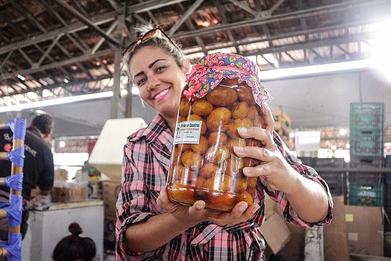 Pequi é fonte para a produção de diversos produtos como doces e pimentas
