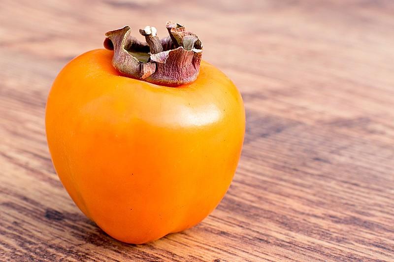 O caqui é uma fruta semelhante ao tomate, que pode fortalecer o sistema imunológico e melhorar a digestão.