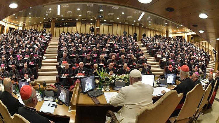 O papa Francisco reunido com os bispos no Sínodo da Amazônia, encerrado no domingo (27)