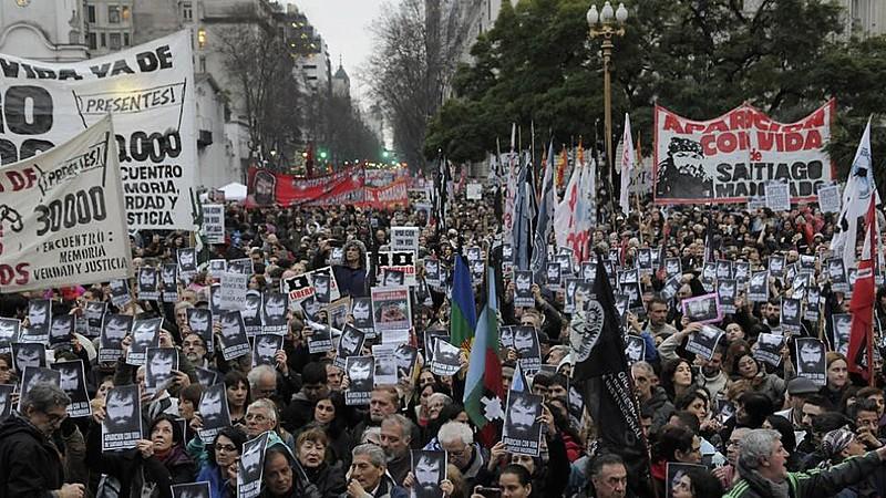 """""""Onde está Santiago?"""", perguntam argentinos em ato político. Solidário às lutas sociais, Maldonado é artesão e tatuador"""
