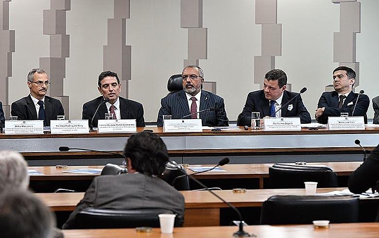 Audiência na CDH foi presidida pelo senador Paulo Paim (PT-RS), ao centro