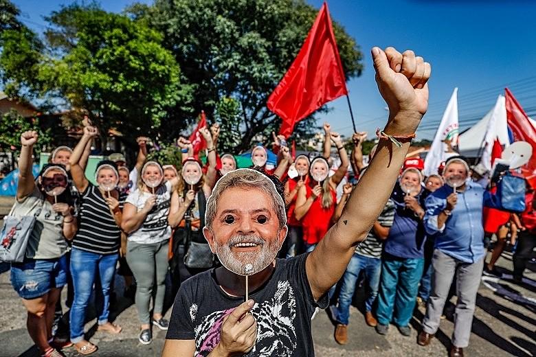 Apoiadores também vêm se mobilizando pelo país para fazer e recolher cartões de natal para o ex-presidente Lula