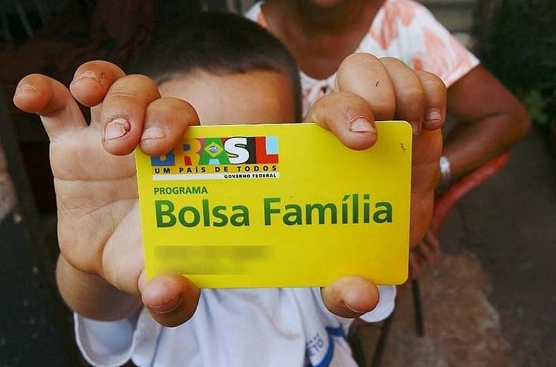 Mesmo com aumento do desemprego, número de famílias que recebem o Bolsa Família é o mesmo de 2015
