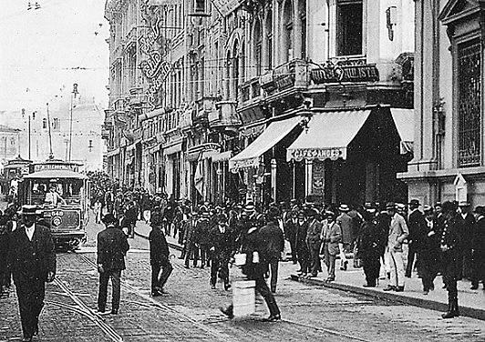 Em 1915, na esquina da XV de Novembro com a Rua do Tesouro ficava o Café Andes. Comércio e cachaça andavam juntos