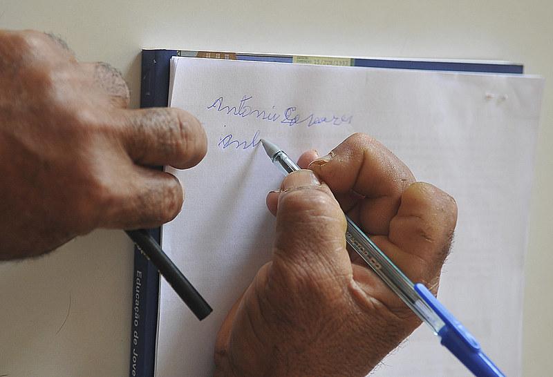 Mais de 11 milhões de pessoas são consideradas analfabetas no Brasil, segundo IBGE