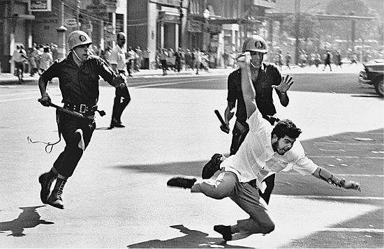 Jovem é perseguido por policiais durante uma manifestação estudantil na ditadura militar no Brasil