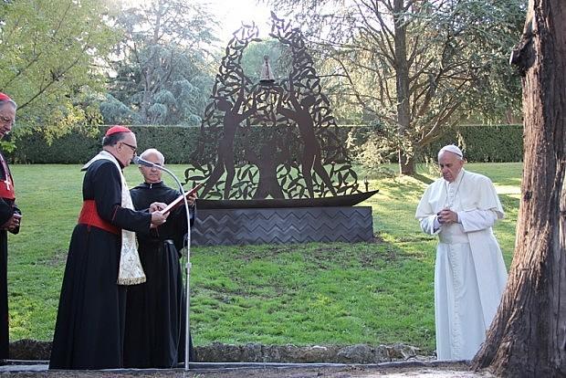 Imagem, concebida pelo artista plástico Cláudio Pastro, foi erguida nos Jardins do Vaticano.