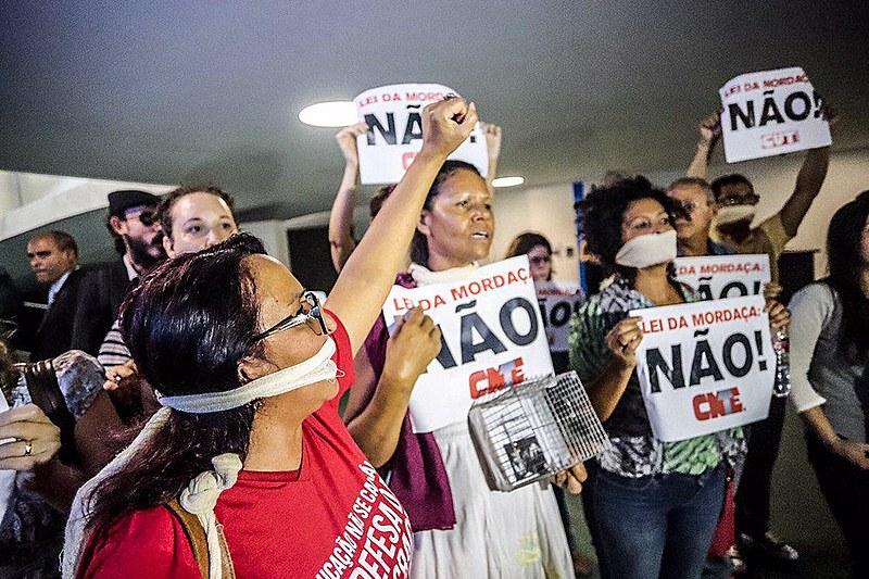 Manifestantes da Confederação Nacional dos Trabalhadores em Educação (CNTE) protestam contra projeto do Escola Sem Partido na Câmara