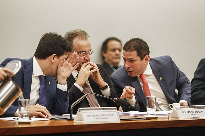Deputados da mesa da comissão da reforma durante leitura do relatório nesta quinta (13)
