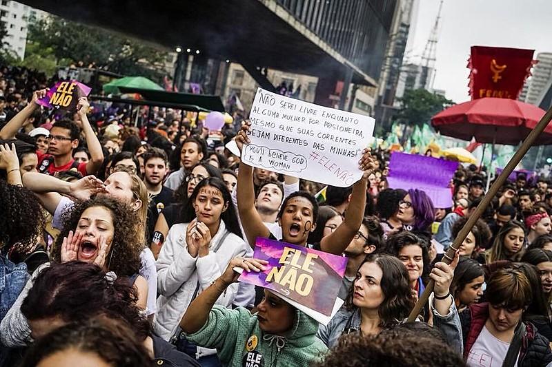 Mais de 20 mil pessoas participaram da manifestação que ocorreu neste sábado (6)