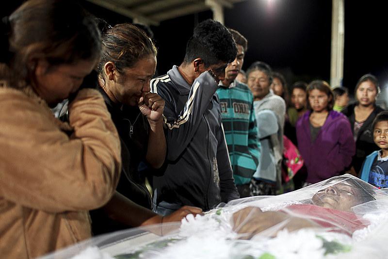 Velório do indígena Clodioude Aguile Rodrigues morto no massacre de Caarapó