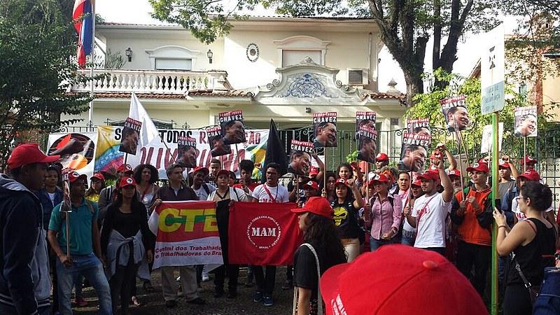 Movimentos sociais realizam ato diante do Consulado da Venezuela, em São Paulo