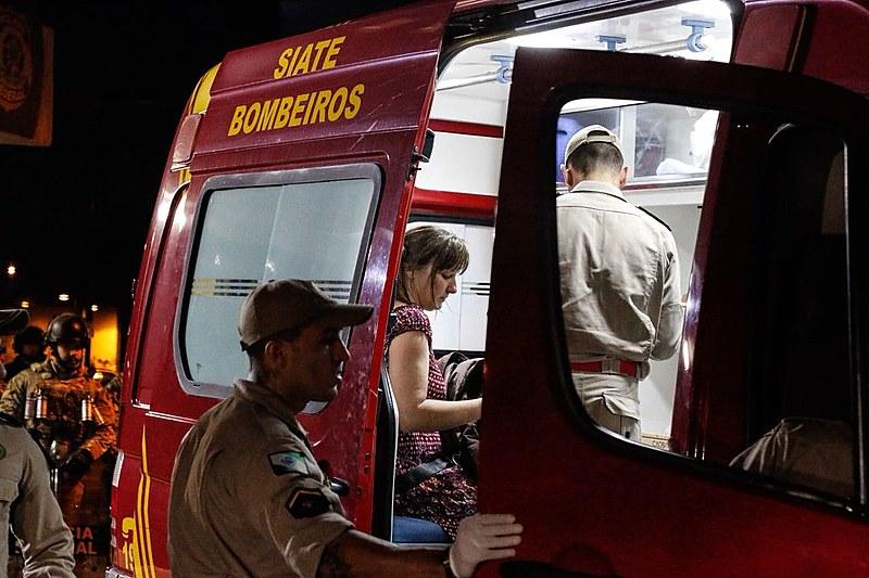 Pelo menos 16 pessoas foram atingidas por estilhaços de bombas no sábado (7) à noite, em Curitiba.