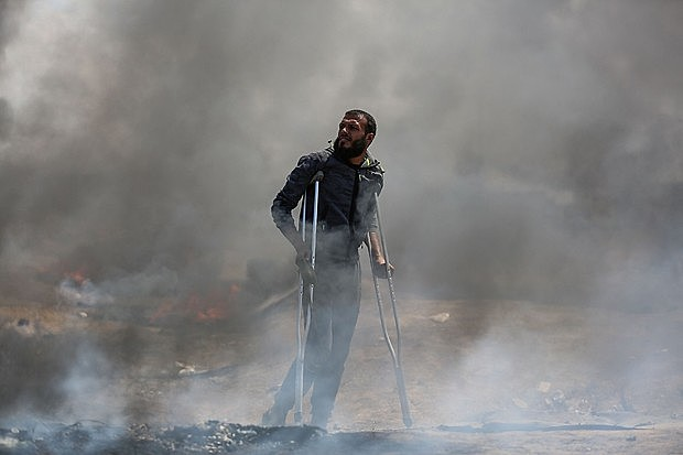 Palestino protesta em meio a bombardeio de Israel nesta segunda-feira (14)
