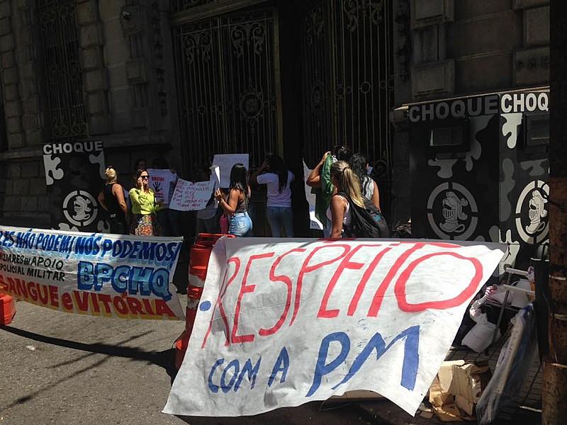 Esposas de PMs bloquearam entrada e saída do Batalhão de Choque no Rio de Janeiro, onde viaturas são abastecidas