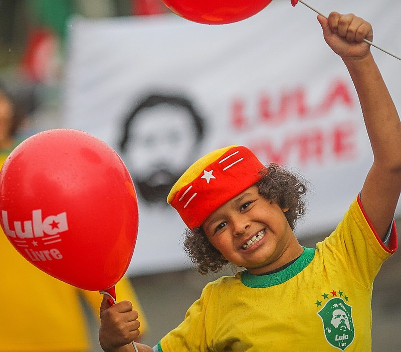 Na Vigília Lula Livre, em Curitiba, torcida vibrou com a vitória da seleção