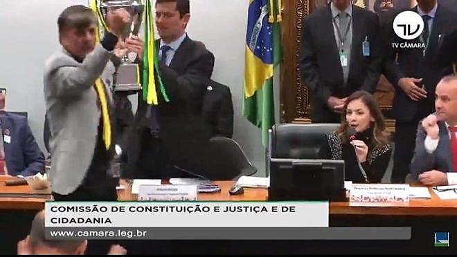 Durante sabatina na Câmara Federal, ministro Sérgio Moro recebe das mãos de Boca Aberta o troféu