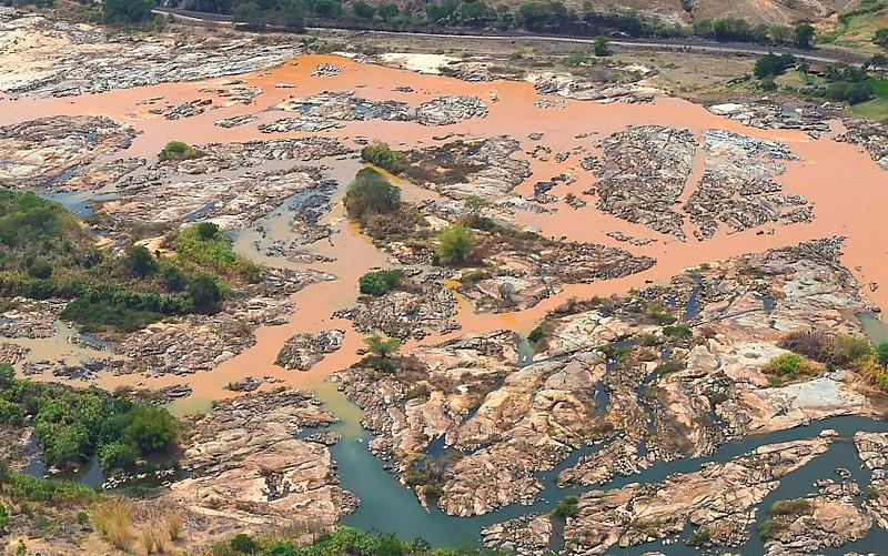 Bacia do Rio Doce em novembro de 2015, uma semana após o rompimento da barragem em Mariana (MG)