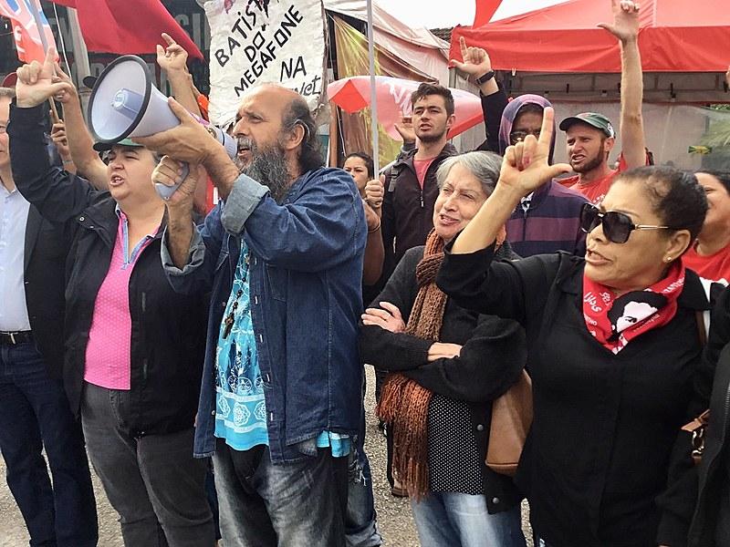 Membros da Vigília Lula Livre participam da saudação de ''Bom dia Presidente Lula'', nesta quarta-feira (8). Já são 396 dias de vigília