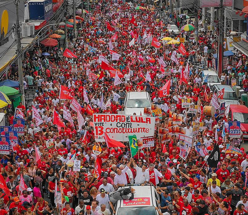 Ato de encerramento da campanha de Fernando Haddad (PT), em Feira de Santana (BA), neste sábado (6)