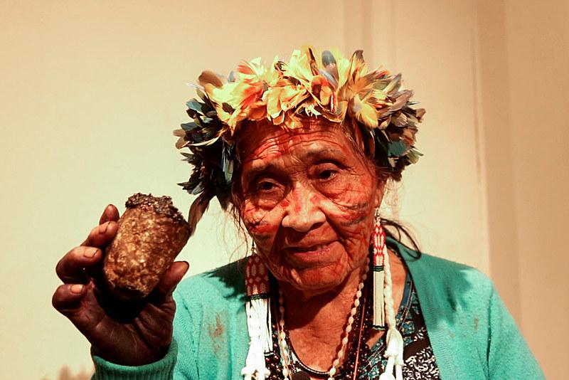 Vó Bernaldina exibe o maruai, usado para a defumação em rituais macuxi. Prática é usada na luta política da etnia do nordeste de Roraima