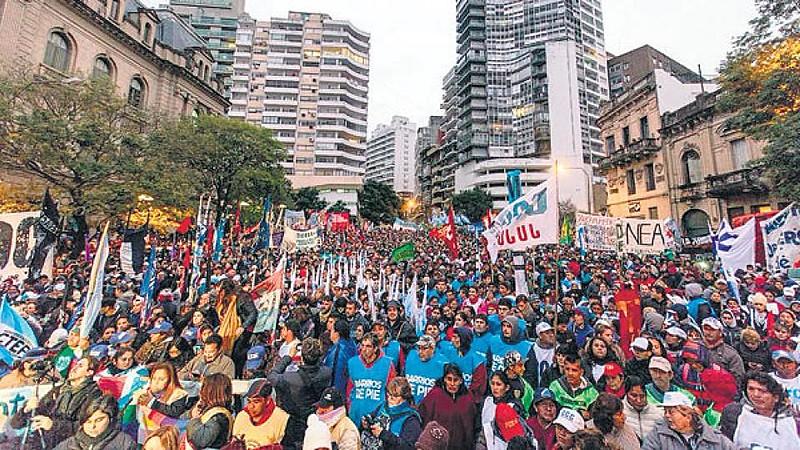 Milhares de manifestantes chegaram à capital portenha nesta sexta-feira (1)