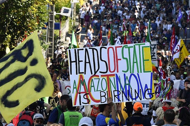 """Manifestante francês segura cartaz """"Chefes de Estado, hora da ação, a Amazônia está queimando"""" em protesto no sábado contra a cúpula do G7"""
