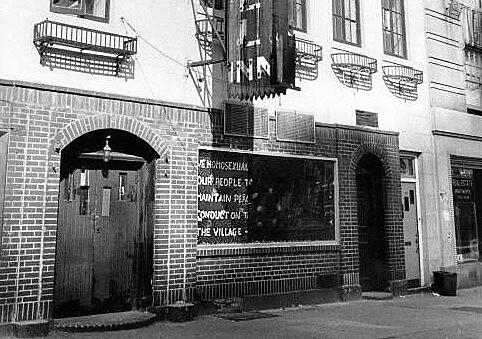 Fachada do Stonewall Inn em 1969, ano em que uma batida policial no local, frequentado pela comunidade LGBTI, gerou uma onda de protestos