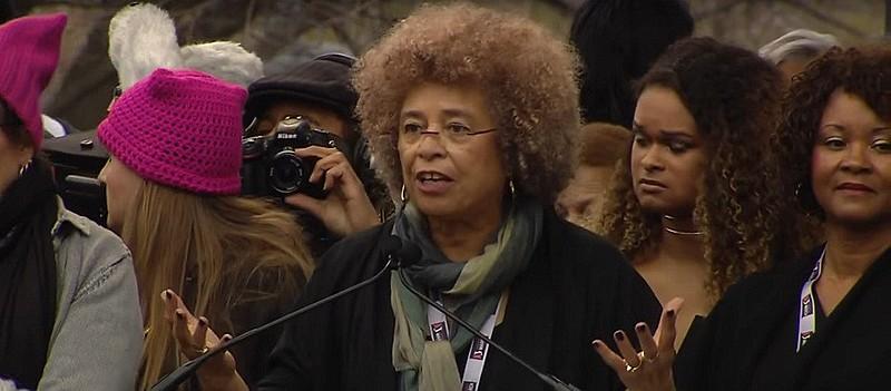 Angela Davis discursa na marcha das mulheres em Washington no último sábado (21)