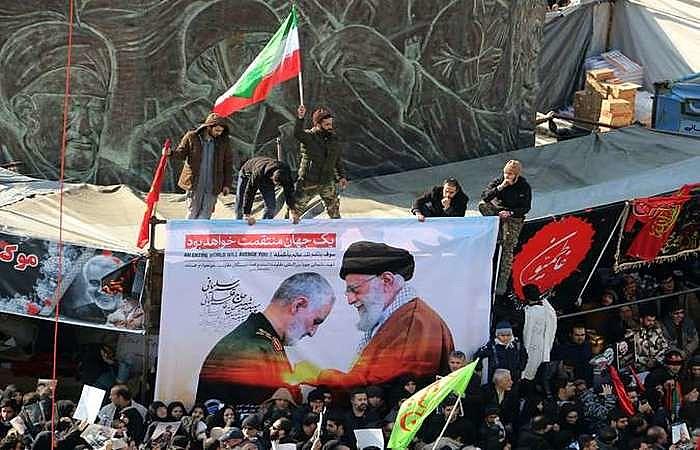 Uma multidão estava reunida nas ruas de Teerã na segunda (6) para acompanhar as cerimônias em homenagem ao chefe militar Soleimani