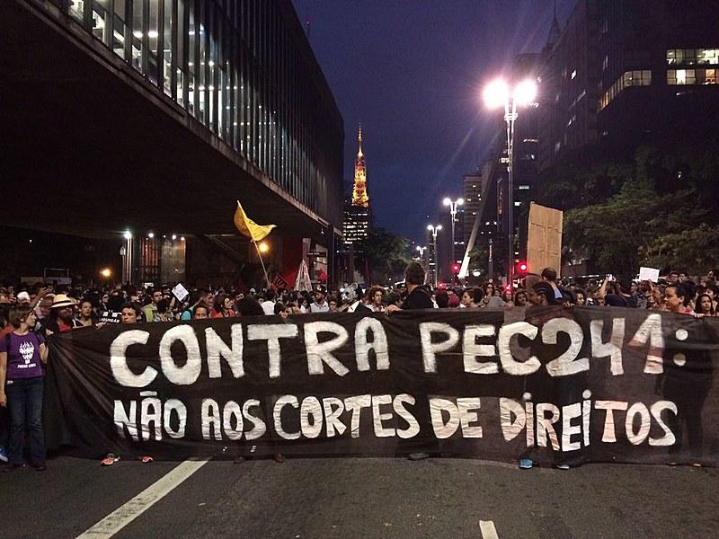 Concentração do ato contra os cortes em saúde e educação nesta segunda (17), no vão livre do MASP, em São Paulo (SP)