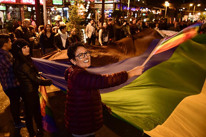 Manifestantes LGBT comemoram a aprovação do casamento igualitário no centro de Quito, capital do Equador