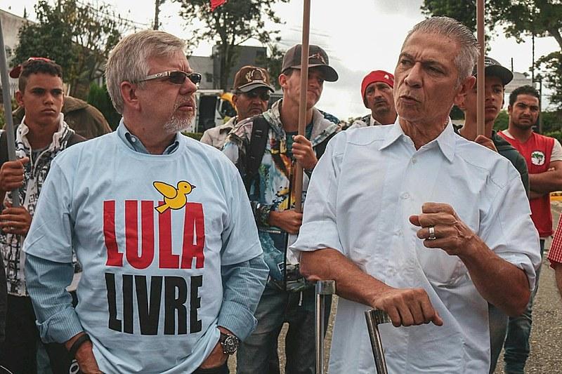 Os deputados petistas Marco Maia (RS) e Angelo Vanhoni (PR) durante visita à Vigília Lula Livre