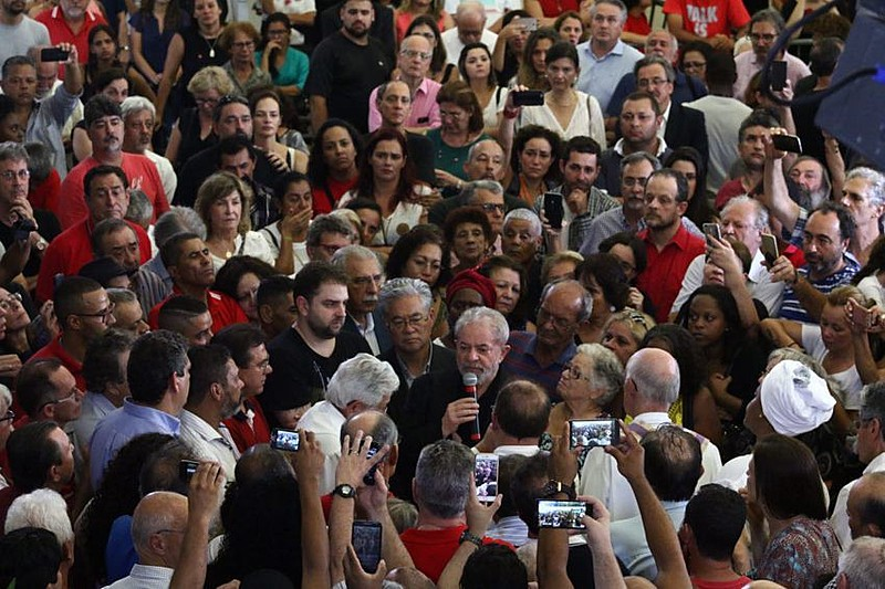 """""""Minha galega, agora o céu ganha uma estrela que iluminou a minha vida"""", dizia coroa assinada por Lula em homenagem à esposa"""
