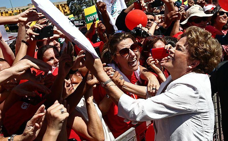 """""""Eu estou pronta para resistir"""", afirmou Dilma, embalada por gritos de guerra dos militantes presentes"""