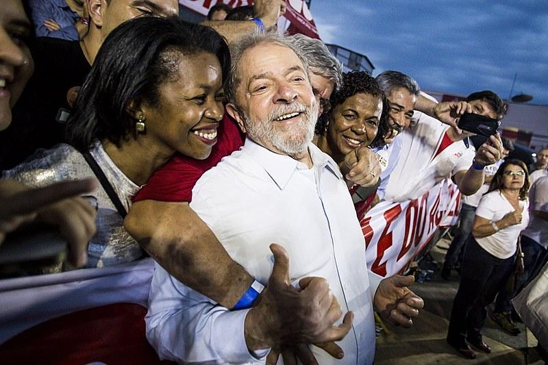 Lula durante o ato de abertura da caravana na cidade de Ipatinga (MG), nesta segunda-feira (23)