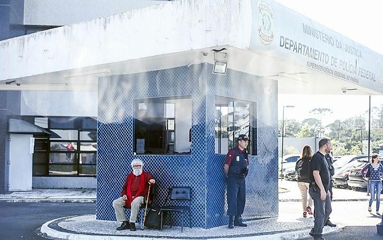 Leonardo Boff aguarda em frente ao prédio da Superintendência da Polícia Federal para visitar Lula