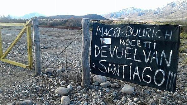 Maldonado visitava a comunidade para ajudar e apoiar a luta dos indígenas; faixa exige que membros do governo respondam sobre a desaparição