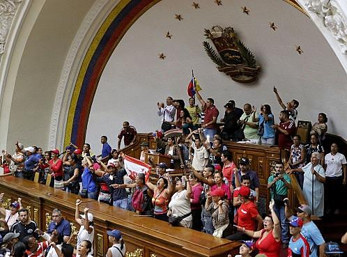 No início de 2017, população ocupa Parlamento após este anunciar vacância da Presidência e processo de deposição de Maduro