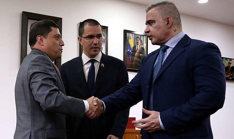 Arreaza (centro) e Saab (dir.) se reuniram com conselheiro colombiano na Venezuela (Foto: AVN)